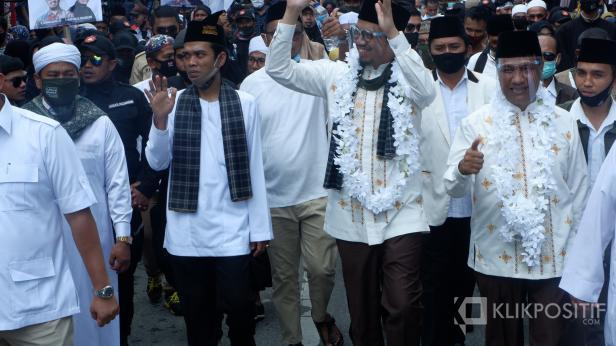 UAS saat mengantarkan Erman Safar mendaftar ke KPUD Bukittinggi