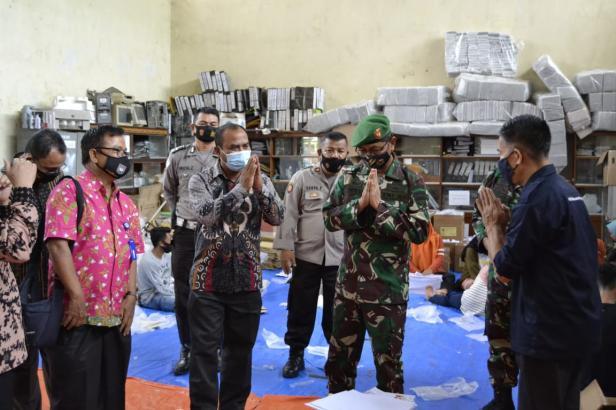 Ketua DPRD Dharmasraya Parianto dampingi kunker Kasrem 032 Wirabraja di Dharmasraya dalam rangka meninjau kesiapsiagaan KPU Dharmasraya menjelang Pilkada.