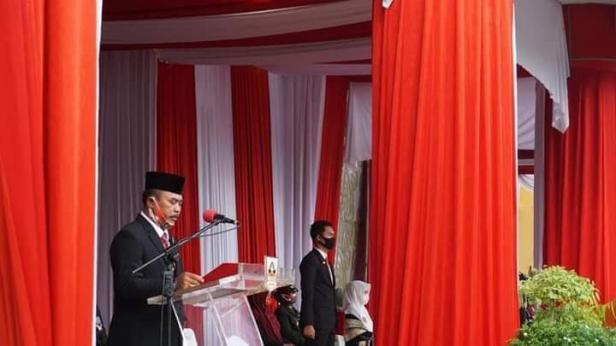 Ketua DPRD Dharmasraya Paryanto membacakan teks UUD 1945 saat pelaksanaan upacara peringatan HUT RI ke-75.