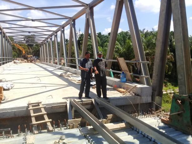 Ketua DPRD Dharmasraya Paryanto bersama anggota Komisi II DPRD Dharmasraya Sutan Alif tinjau proses pembangunan Jembatan Pulai.