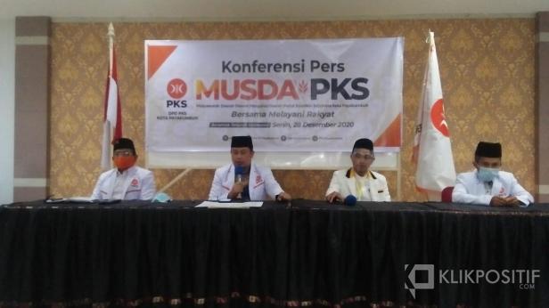 Ketua DPD PKS Payakumbuh terpilih, Hamdi Agus (dua dari kiri).