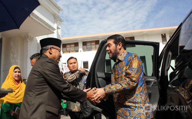 Ketua Dewan Pembina Yayasan Fort de Kock Bukittinggi, Zainal Abidin, sambut kedatangan Ketua MK Anwar Usman di Kampus Universitas Fort de Kock Bukittinggi, Sabtu (07/03/2020).