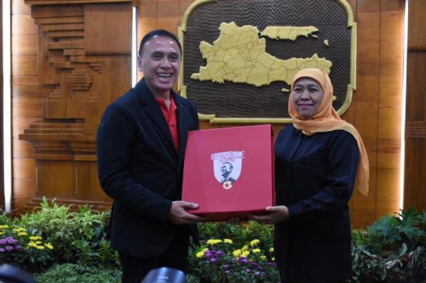 Ketua Umum PSSI Mochamad Iriawan bersama Gubernur Jatim Khofifah Indar Parawansa