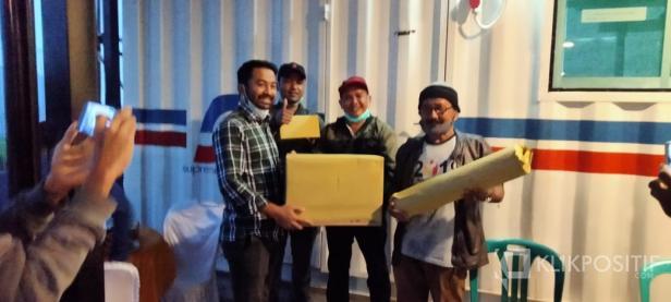 Ketua DPRD Solsel Zigo Rolanda Menyerahkan Hadiah Juara I Memancing Ikan Kepada Ketua PWI Solsel Hendrivon