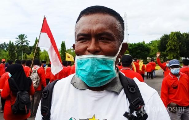 Ketua Serikat Petani Indonesia Kabupaten Pasaman Barat, Januardi saat diwawancara oleh wartawan usai menyampaikan aksi dihalaman kantor bupati setempat