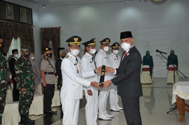 Gubernur Sumatera Barat Mahyeldi Ansharullah menyerahkan petikan putusan Mendagri RI kepada Bupati Solok Selatan Khairunas