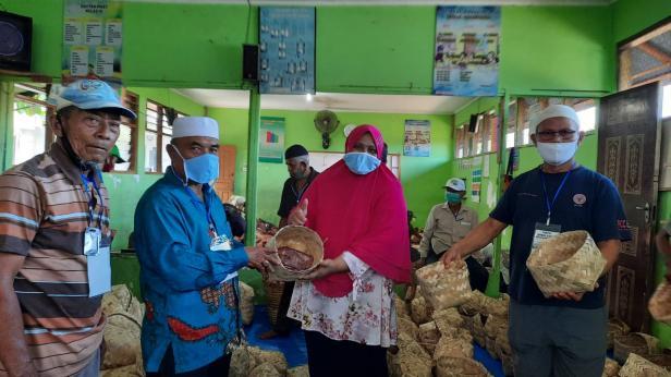 Ketua Panitia Kurban Masjid Al-munawarah dan Tim Dinas Pertanian Kota Padang saat Pembungkusan Daging Kurban dengan Besek Bambu