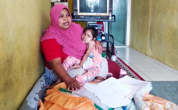 Teduh, Wifatul Hasanah saat dipeluk ibunya di rumah petak tempat mereka tinggak