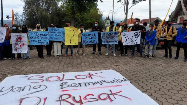 Aliansi Mahasiswa Solok berorasi denga  poster di depan Kantor DPRD Solok