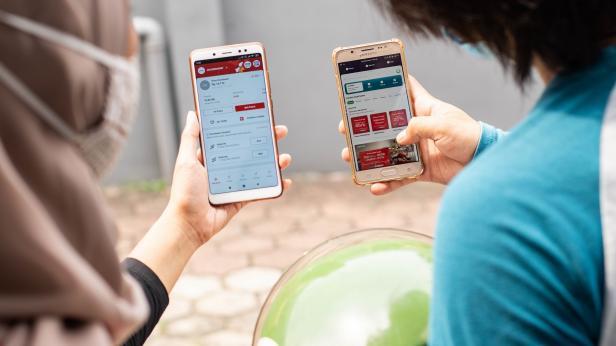 Gojek dan Telkomsel, dua perusahaan teknologi dan komunikasi terbesar di Tanah Air, berkolaborasi untuk memperkuat posisi Indonesia sebagai negara dengan ekonomi digital terbesar di Asia Tenggara. Hal ini ditandai dengan investasi Telkomsel di Gojek sebesar USD 150 juta.