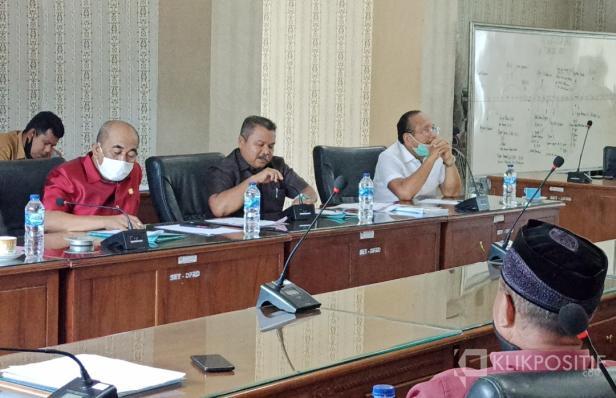 Suasana saat pertemuan Komisi I dengan para wakil tokoh masyarakat dari Jorong Maligi di ruang Bamus DPRD Pasaman Bara