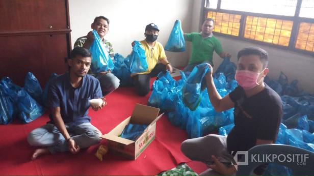Komunitas Jurnalis Peduli di Luak Limopuluah saat memaketkan bantuan sembako sebelum disalurkan.