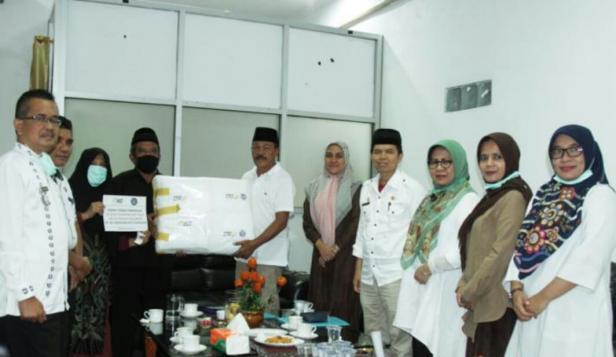 Wabup Tanah Datar Zuldafri Darma menerima bantuan APD dari Komunitas SBJB