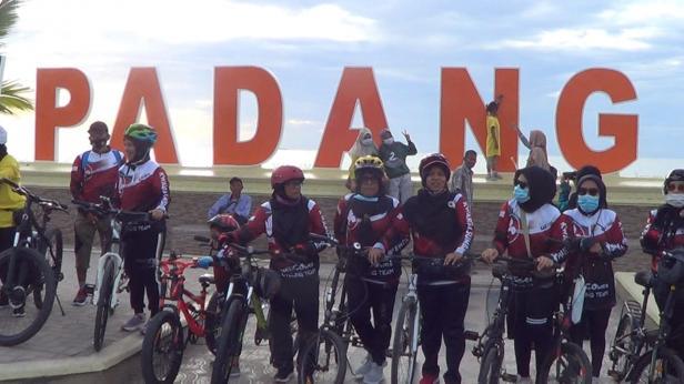 Konunitas sepeda Kwarda NoltiGowes foto bersama di Pantai Padang