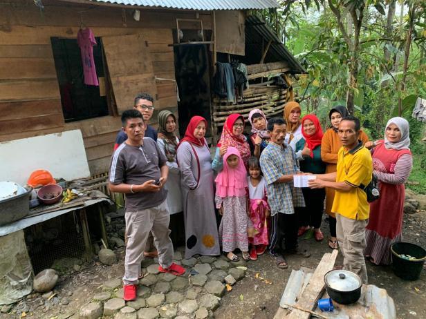 Komunitas Sosial Ukhuwah Nagari Cupak menyalurkan bantuan kepada masyarakat kurang mampu