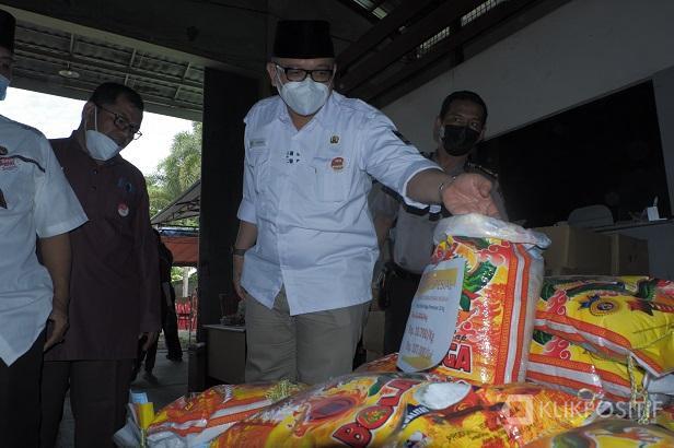 Kepala Dinas Perdagangan Kota Padang, Andre Algamar mengecek beras yang dijual dengan harga murah
