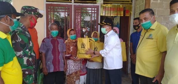 Anggota DPR RI Daerah Pemilihan Sumatera Barat Darul Siska saat menyalurkan bantuan untuk warga yang terdampak bencana banjir di Kecamatan Lengayang, Kabupaten Pesisir Selatan, Sabtu (16/1).