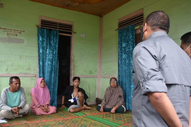 Anggota DPR RI Andre Rosiade menyerahkan bantuan kepada korban begal RH dan keluarga di Balai Baru, Kelurahan Kalumbuk, Kecamatan Kuranji, Kota Padang.