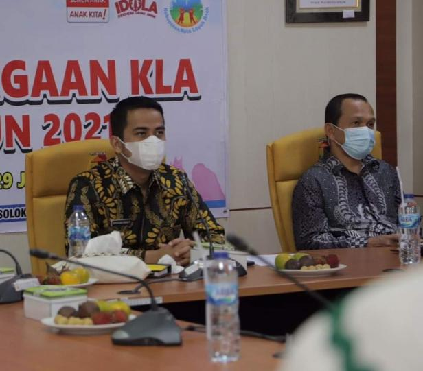Wakil Walikota Solok, Dr. Ramadhani Kirana Putra menerima penghargaan KLA kategori Madya secara virtual dari Kementrian PPP-A.