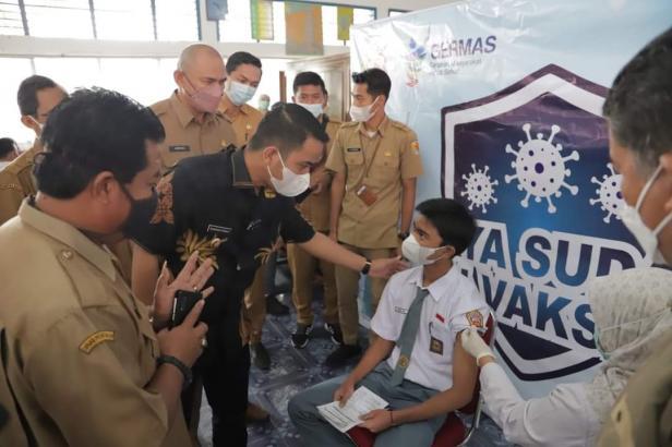 Wakil Wali Kota Solok, Dr. Ramadhani Kirana Putra meninjau pelaksanaan vaksin bagi pelajar Kota Solok
