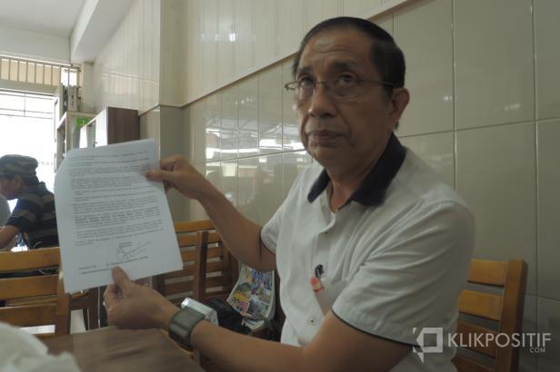 Kuasa Hukum Siswi SMKN 2 Padang Memperlihatkan surat yang dikirim