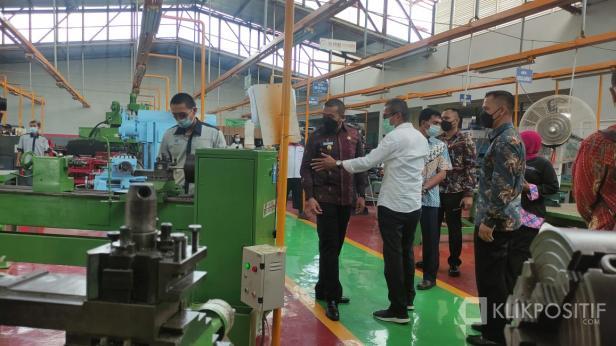 Wakil Gubernur Sumbar Audy Joinaldy didampingi Kepala BLK Padang Syamsi Hari saat berkunjung ke ruangan pelatihan di BLK Padang