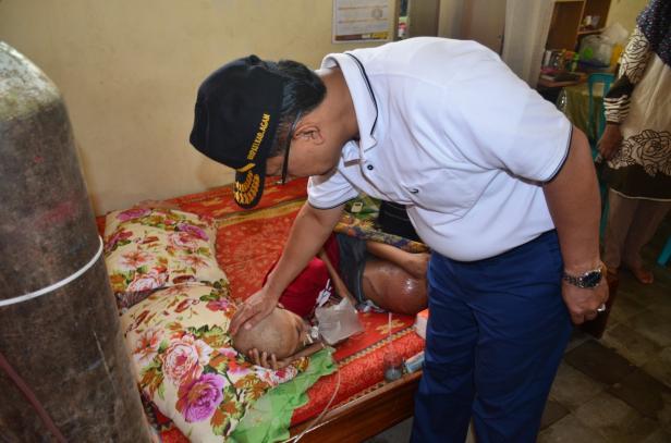 Indra Catri mengunjungi Aji, anak penderita kanker tulang di Lubuk Basung