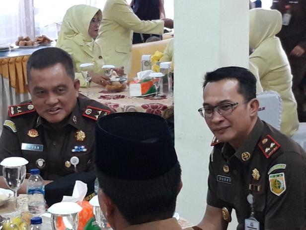 Kajati Sumbar, Amran saat berbincang dengan Kajari Solok Donny H. Setiawan