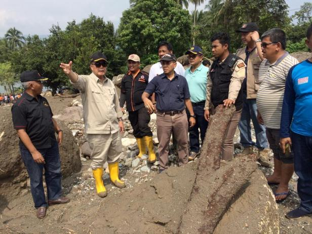 Wagub Sumbar Nasrul Abit meninjau lokasi banjir bandang yang terjadi Jorong Tanjuang Sawah, Nagari Padang Laweh, Kecamatan Batipuh Selatan, Kabupaten Tanah Datar, Sabtu, 18 Januari 2020.