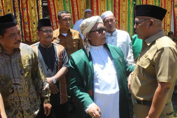 Bupati Pasbar Yulianto sedang berbincang dengan Buya Lubuk Landur didampingi para Tokoh Adat Nagari Kapa