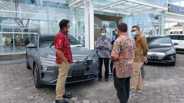 Jajaran Manajemen PLN Unit Induk Wilayah (UIW) Sumbar yang dikomandoi General Manager Bambang Dwiyanto mengunjungi showroom mobil listrik di kawasan Khatib Sulaeman pada Jumat (22/01).