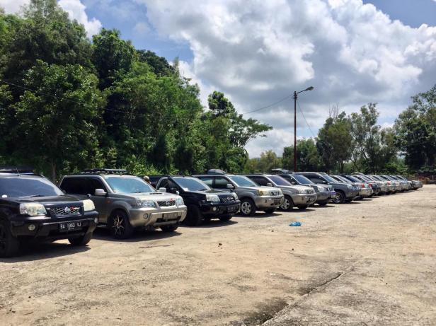 Sejumlah mobil Nissan X-Trail yang tergabung dalam komunitas Xaroman berjejer di area parkir wisata kandi Sawahlunto.