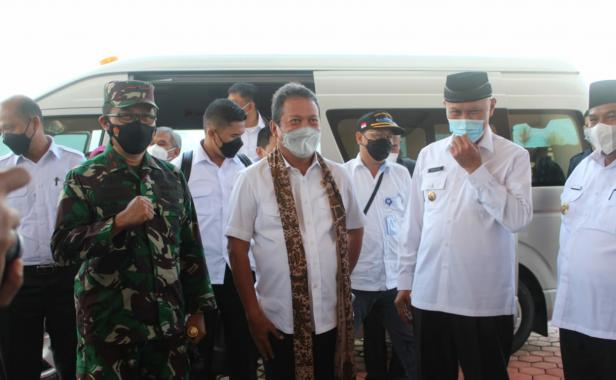 Menteri Kementerian Kelautan dan Perikanan (KKP) Sakti Wahyu Trenggono tiba di Bandara Internasional Minangkabau (BIM)