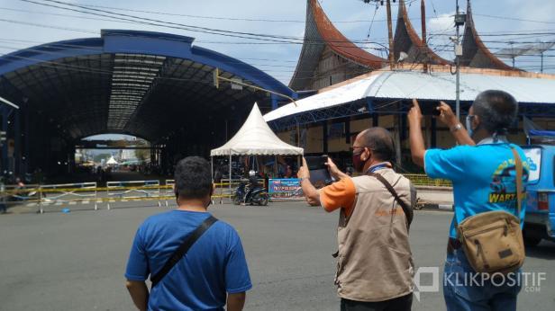Beberapa orang jurnalis mengabadikan suasana penutupan jalur menuju Pasar Payakumbuh di bawah Kanopi