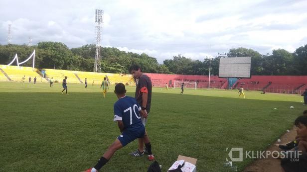 Pelatih Kepala Semen Padang FC Eduardo Almeida saat Berbincang dengan Nur Iskandar di Pinggir Lapangan