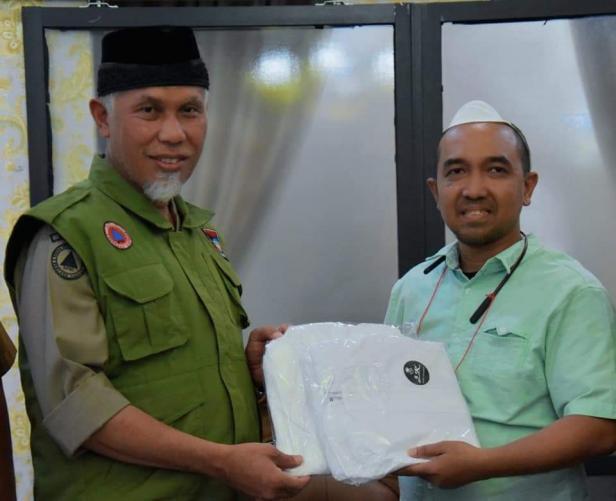 Penyerahan APD kepada Wali Kota Padang oleh koordinator lapangan Top 100