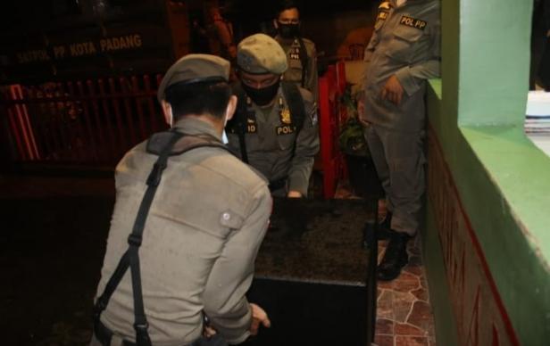 Personel Satpol PP Padang Mengamankan speker milik salah satu usaha tempat hiburan malan