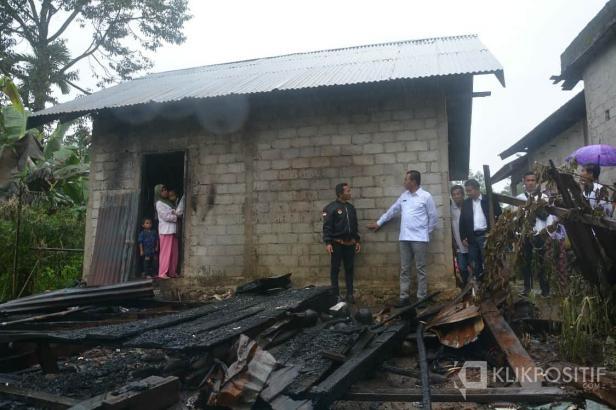 Plt Bupati Solok Selatan Abdul Rahman berdialog dengan Walinagari Lubuk Gadang Timur Kasri saat mengunjungi lokasi kebakaran di daerah itu.