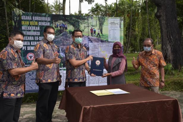 Kepala Unit CSR Semen Padang Muhamad Ikrar (tiga dari kiri) menyerahkan nota kesepahaman (MoU) kepada Ketua LPPM UBH Dr Azrita.