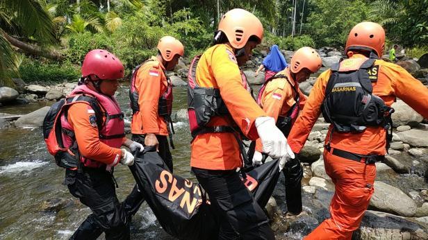 Duwahap saat di evakuasi dari sungai batang timah di Kecamatan Tigo Nagari