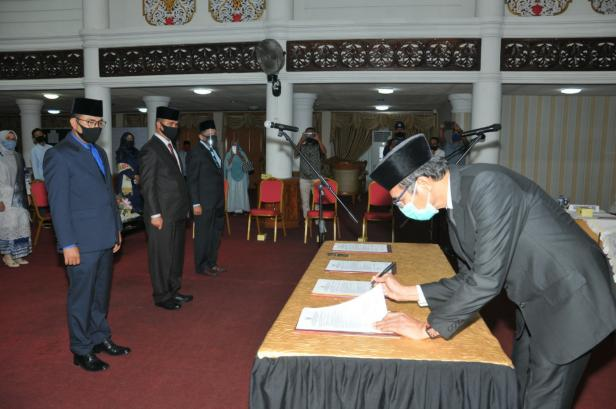 Gubernur Sumbar Irwan Prayitno saat menandatangani SK pelantikan pejabat eselon II