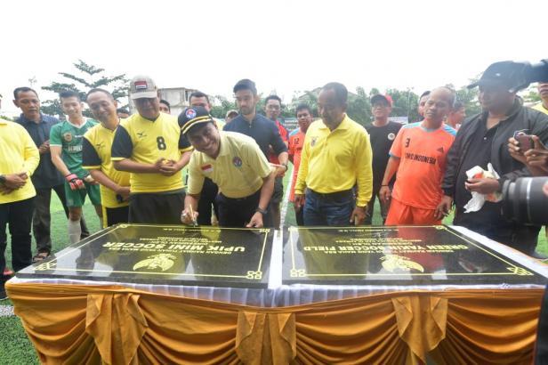 Menpora Zainudin Amali didampingi Gubernur Kalimantan Selatan Sahbirin Noor menandatangani prasasti peresmian Upik Mini Soccer dan Green Yakin Soccer di jalan Banua Anyar, Banjarmasin Timur, Kalsel, Jumat (7/2) pagi