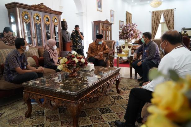 Audiensi rombongan manajemen dari PLN Unit Induk Wilayah (UIW) Sumatera Barat bersama Gubernur Mahyeldi terkait kesiapan PLN dalam menyambut Idul Fitri 1442 Hijriay