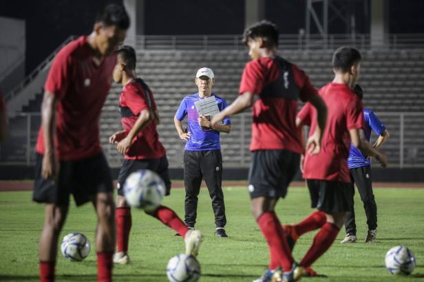 Shin Tae Yong pimpin latihan perdana Timnas Indonesia