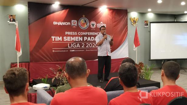 Dirut PT. Semen Padang Yosviandri saat memberikan sambutan dalam Press Conference dan perkenalan Tim Semen Padang FC