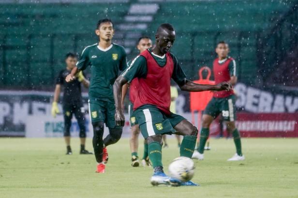 Makan Konate saat sesi Offical Training Persebaya jelang menghadapi Sabah FA di Stadion Gelora Bung Tomo