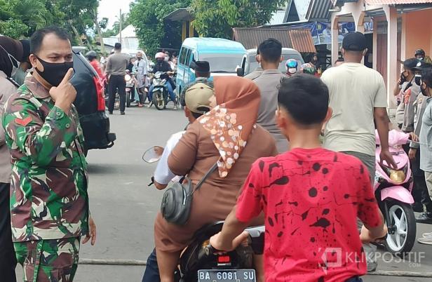 Suasana penyetopan yang dilakukan petugas gabungan menuju akses masuk ke Pantai Sasak Nagari Sasak