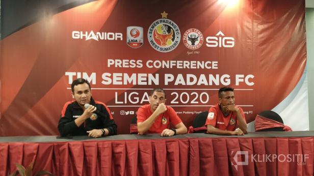 Manajer Semen Padang FC Effendi Syahputra bersama Eduardo Almeida dan Ricky Akbar Ohorella