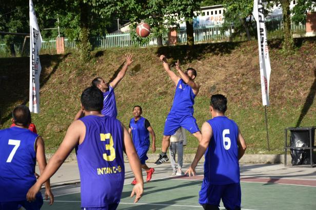 Tim basket Intan 13 saat berhadapan dengan Non Cakar dan Mining 12 pada Liga Alumni Cakar Semen Padang.