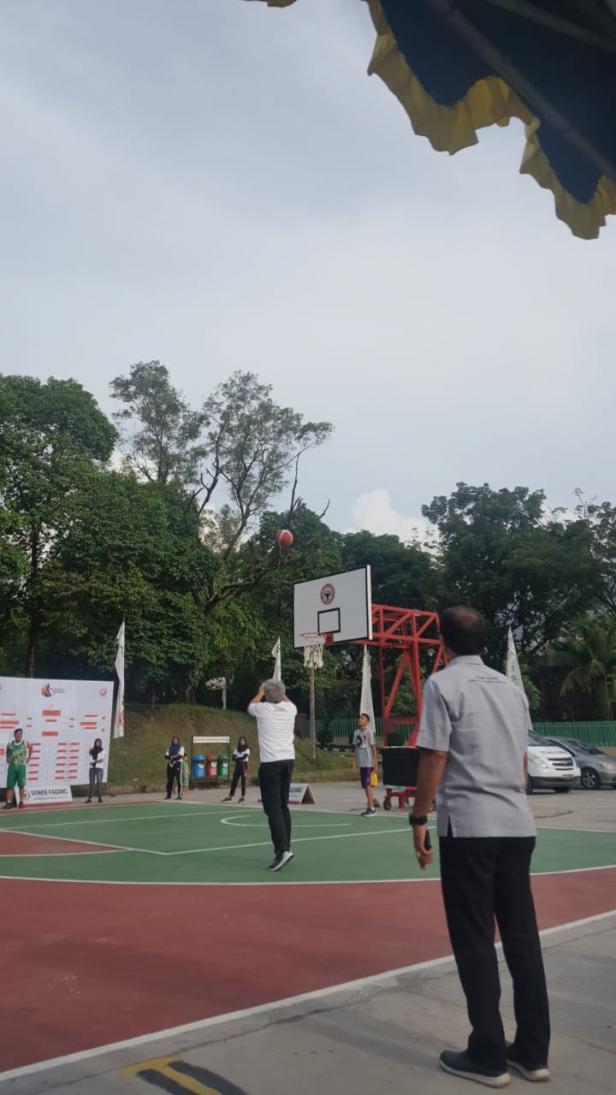 Direktur Operasi PT Semen Padang, Firdaus melakukan jumpball sebagai tanda dibukanya Liga Alumni Cakar 2020.
